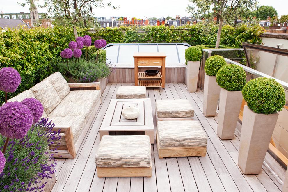 Deck container garden - contemporary rooftop deck container garden idea in London with no cover