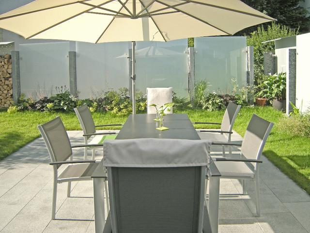 Glas und edelstahl als sichtschutz im garten modern for Sichtschutz terrasse modern