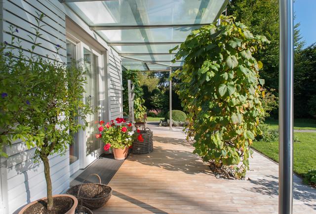Holzterrasse for Gartengestaltung 30qm