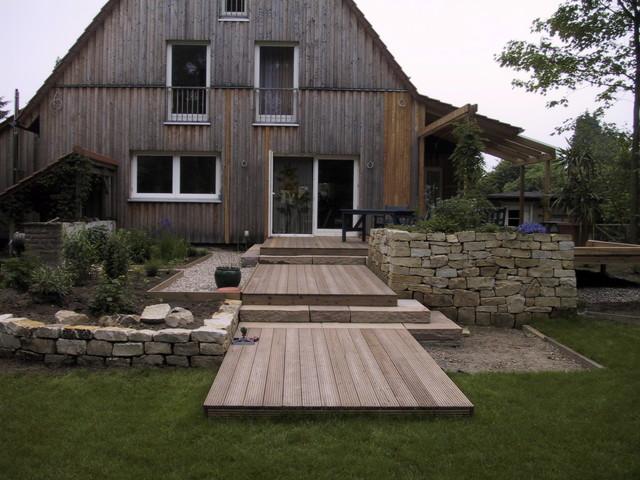 holzterrasse mit trockenmauern und stufen klassisch. Black Bedroom Furniture Sets. Home Design Ideas