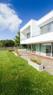 Terrasse hinter dem Haus mit Kübelpflanzen Ideen, Design ...