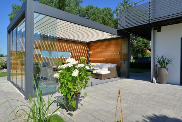 outdoorplatz mit lamellendach und glasschiebew nden modern terrasse sonstige von brack. Black Bedroom Furniture Sets. Home Design Ideas