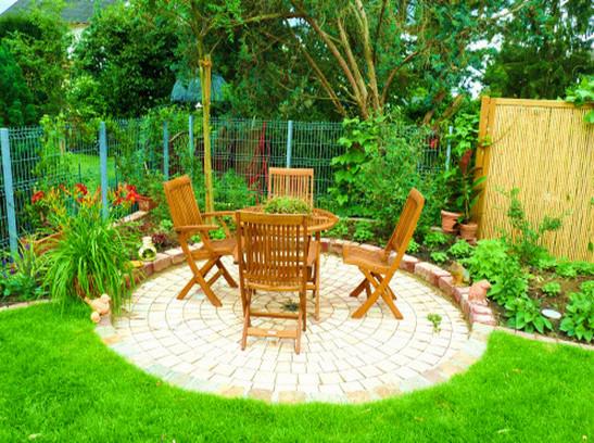 runde terrasse umgeben von gr n. Black Bedroom Furniture Sets. Home Design Ideas