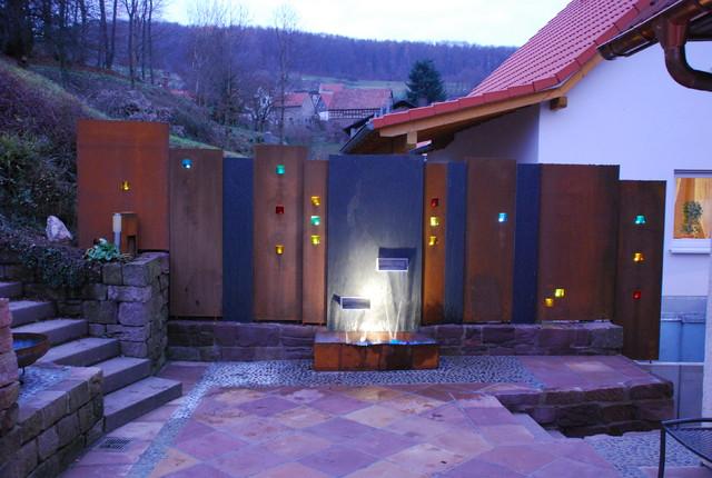 Sichtschutz Aus Cortenstahl Und Schieferplatten Mit Beleuchteten  Glassteinen Modern Terrasse