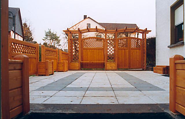 sichtschutz mit pflanzk sten pergola mit rankgitter und t re klassisch terrasse sonstige. Black Bedroom Furniture Sets. Home Design Ideas