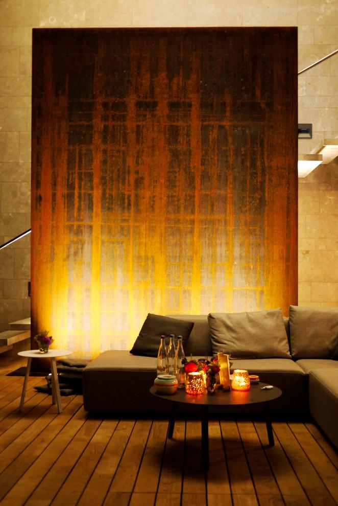 Wasserwand aus Stahl beleuchtet