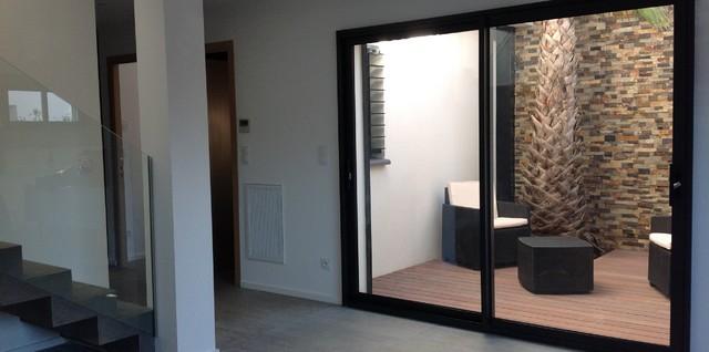 Conception d 39 une villa 2 faces avec patio int rieur bois - Dallage pierre naturelle interieur ...
