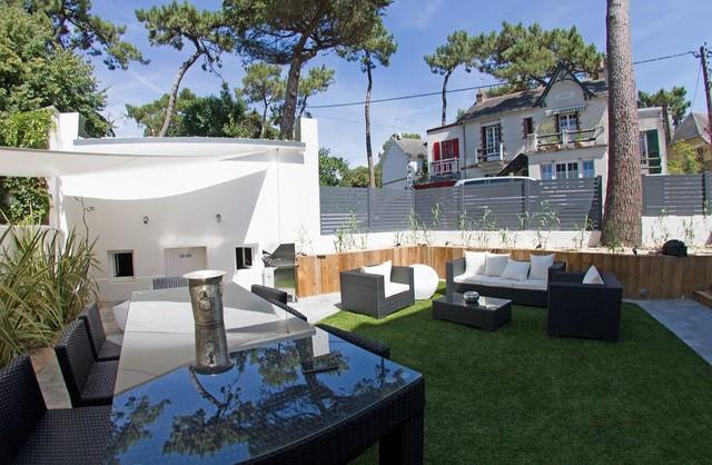 cr ation d 39 un jardin patio avec gazon synth tique. Black Bedroom Furniture Sets. Home Design Ideas