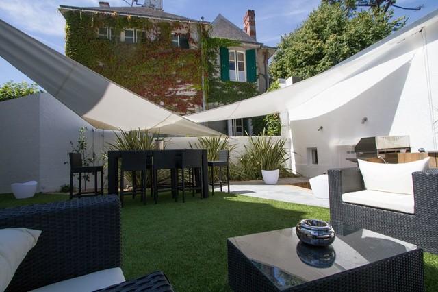 Cr ation d 39 un jardin patio avec gazon synth tique for Decoration jardin gazon synthetique