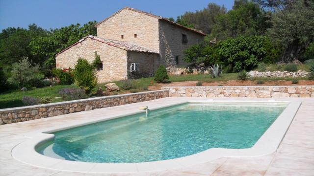 Dallage et mur de cloture autour de la piscine for Decoration mur exterieur piscine
