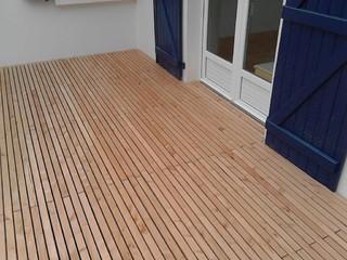 finition sur seuil d 39 une terrasse bois freedeck contemporain terrasse en bois nantes par. Black Bedroom Furniture Sets. Home Design Ideas