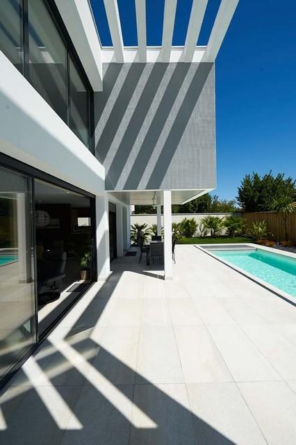 Ha 07 construction maison neuve contemporain terrasse et patio bordeaux par hybre architecte for Construction maison neuve bordeaux