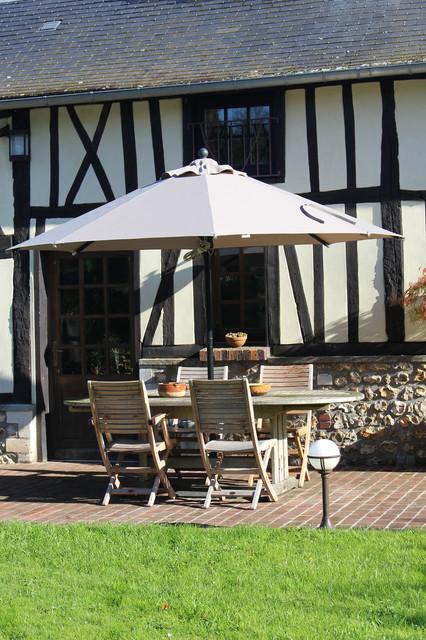 Jardin maison normande campagne terrasse en bois et for Jardin maison de campagne