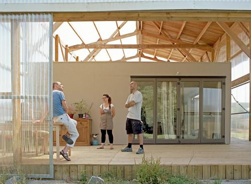 ils avaient un petit budget ils ont transform ce hangar en maison modulable le huffington post. Black Bedroom Furniture Sets. Home Design Ideas