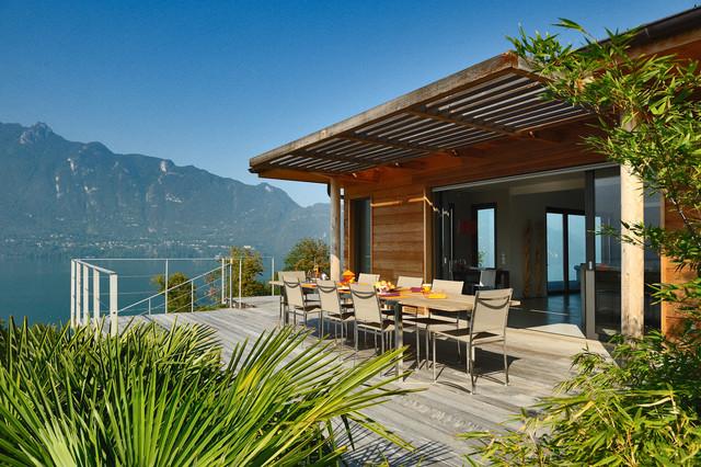 La terrasse en bois de la maison du lac  Contemporary  Deck