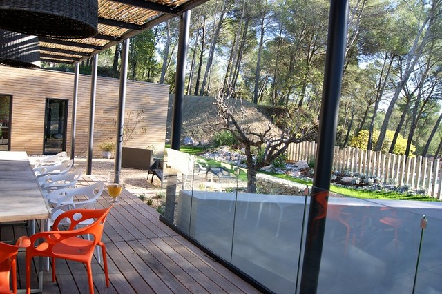 Le jardin contemporain d 39 une maison d 39 architecte dans le luberon contemporary deck other for Jardin contemporain