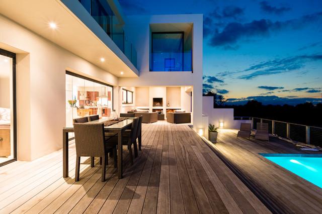 Maison contemporaine avec grande terrasse et piscine ...