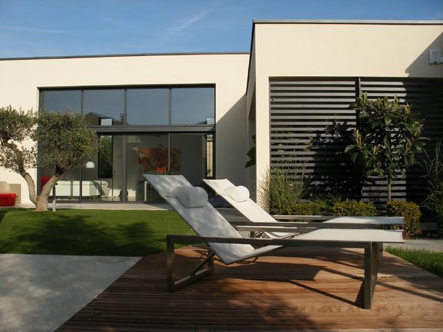 Maison contemporaine plain-pied avec patio