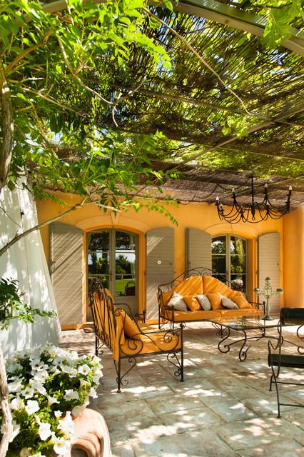 Mas typiquement provençal - Méditerranéen - Terrasse et Patio ...