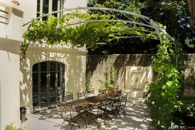 Jardin de la villa louise mediterranean patio paris for Jardin de la villa paris