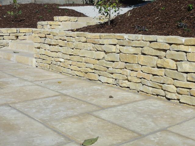 muret en pierre de l 39 yonne m diterran en terrasse et patio paris par maillard paysage. Black Bedroom Furniture Sets. Home Design Ideas