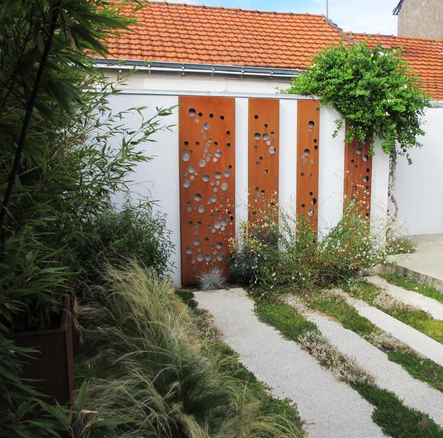 panneaux acier corten r tro clair s modern patio nantes by conceptrice paysagiste. Black Bedroom Furniture Sets. Home Design Ideas