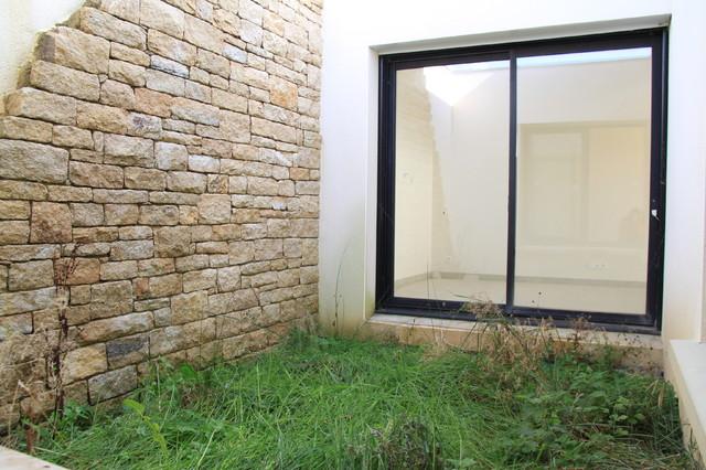 Patio avec mur décoratif en pierre naturelle - Contemporary - Patio ...