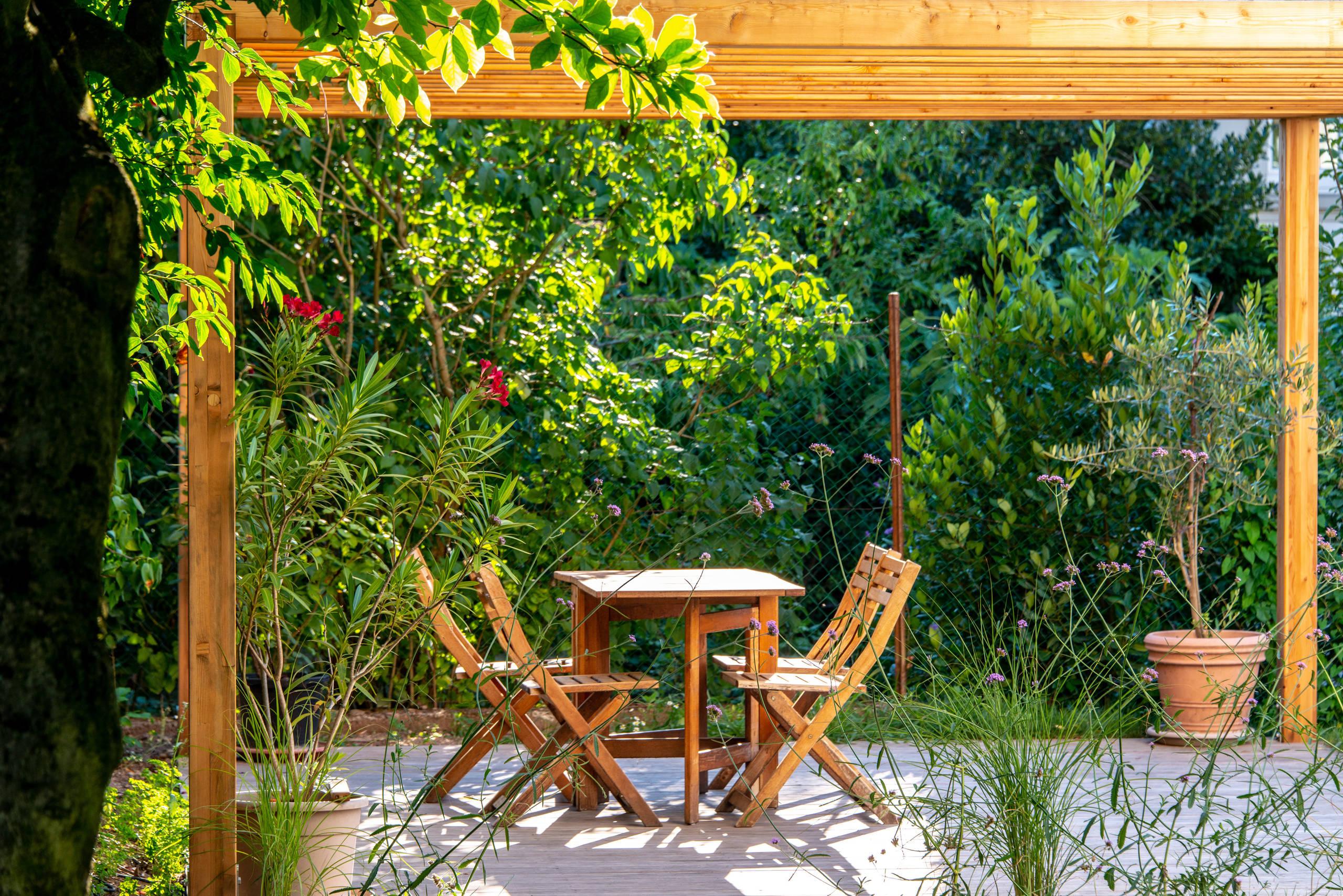 Extérieur avec une terrasse en bois avec une pergola  Photos et ...