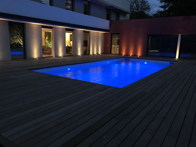 Plage de piscine bois clairage led aix en provence for Eclairage led terrasse