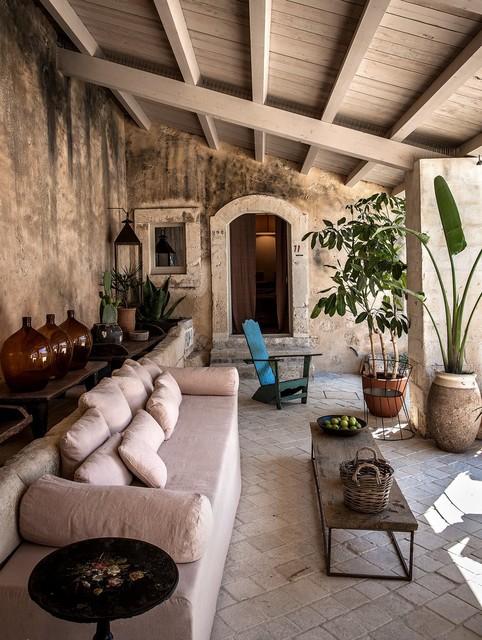 Esempio di un patio o portico mediterraneo di medie dimensioni e nel cortile laterale con pavimentazioni in mattoni e una pergola