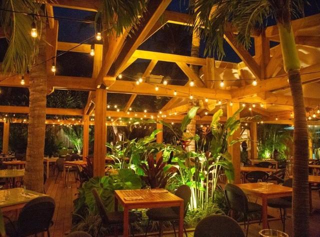 Structure Bois et voiles d\'ombrage modulable d\'un restaurant ...