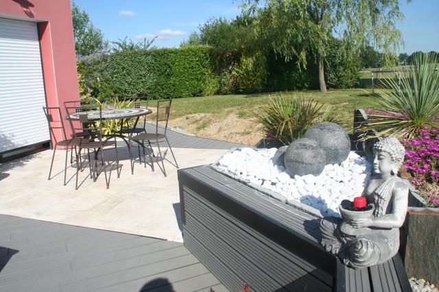 Terrasse bois composite et travertin de marbre blanc moderneterrasse