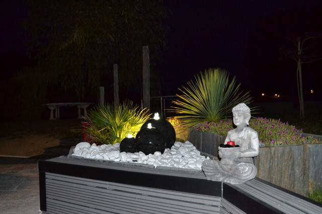 Terrasse bois composite et travertin de marbre blanc  Contemporain