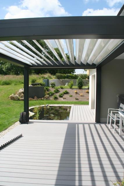 Terrasse bois composite pergola alu et bassin - Modern - Patio ...
