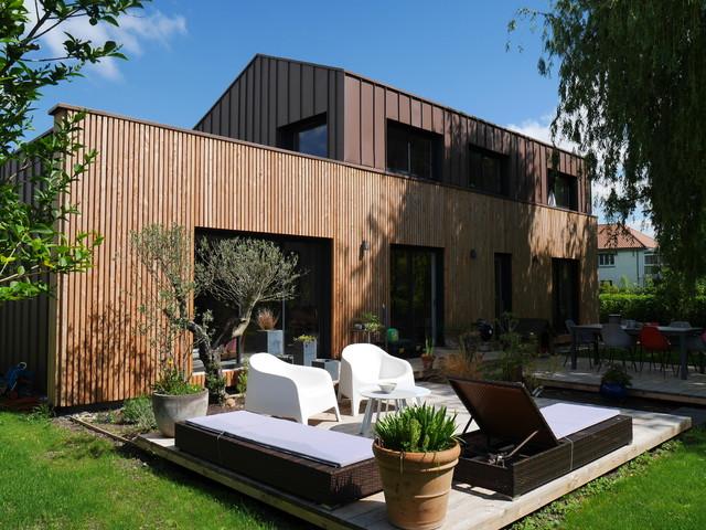 Terrasse contemporaine avec façade en bois