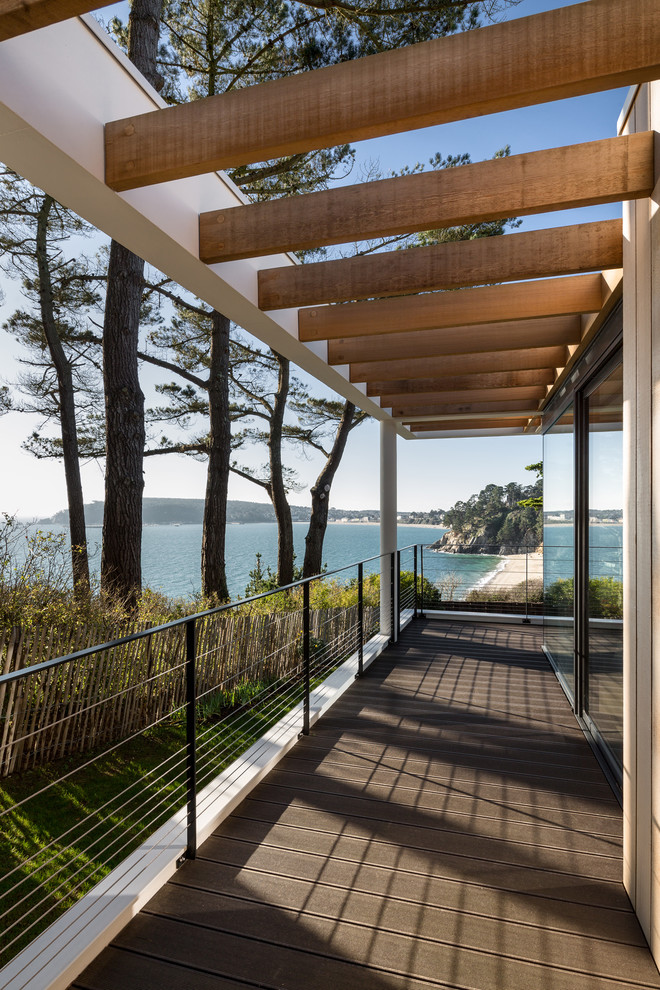 Inspiration for a contemporary side yard deck remodel in Brest with a pergola