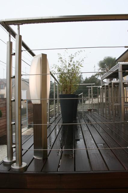Terrasse sur pilotis et jardin zen contemporary deck for Terrasse jardin