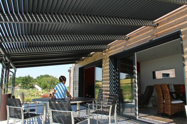 terrasse vue sous pergola moderno terrazza altro di adh paysages. Black Bedroom Furniture Sets. Home Design Ideas