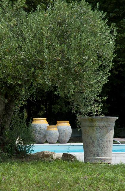 Vase et jarres en terre cuite mediterran patio other for Jarres terre cuite jardin