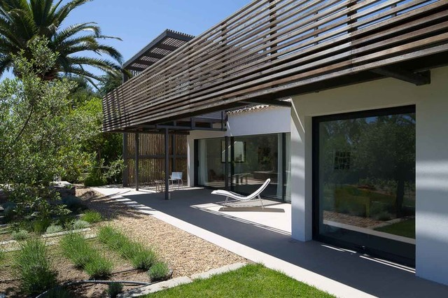 Villa contemporaine en bois en provence contemporain for Terrasse design contemporain