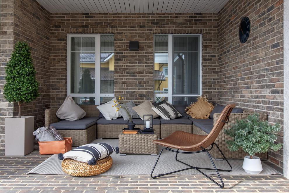 Modelo de terraza mediterránea, de tamaño medio, en patio trasero y anexo de casas