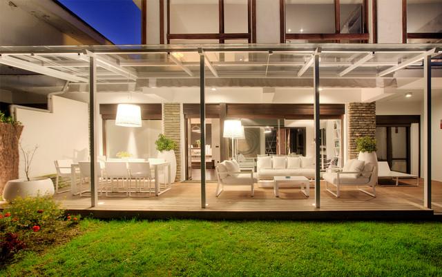 Adosado moderno con terraza y jard n contempor neo - Porches para jardin ...