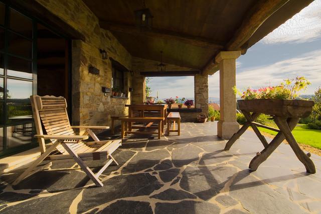 ejemplo de terraza rural de tamao medio en patio trasero y anexo de casas