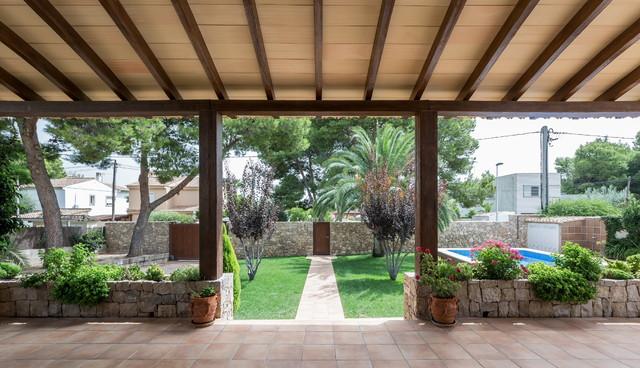 Casa del porche de piedra mediterr neo porche for Imagenes de porches de casas