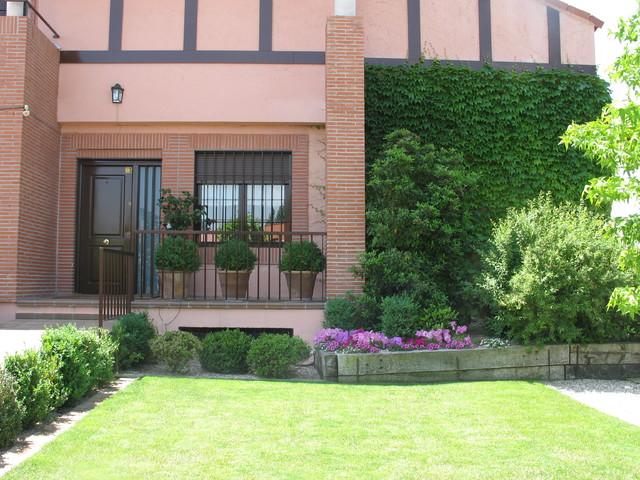 Jardin Con Patio Inglés Casa De Campo Terraza Y Balcón