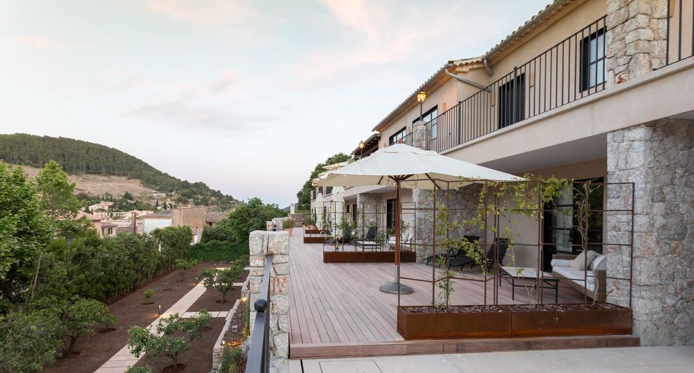 Foto de terraza mediterránea, sin cubierta, en patio trasero, con jardín de macetas