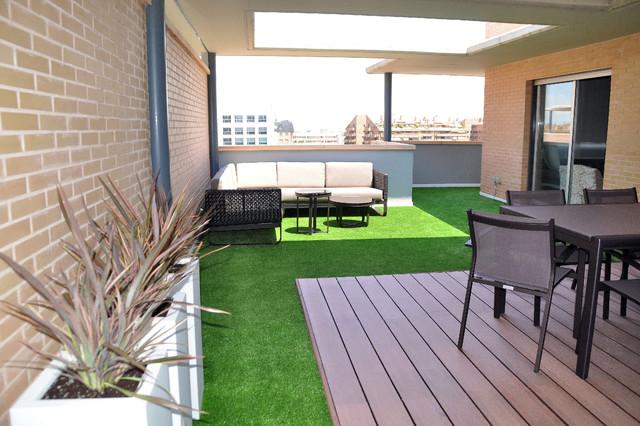 Terraza con csped artificial y madera tcnica Modern Terrace