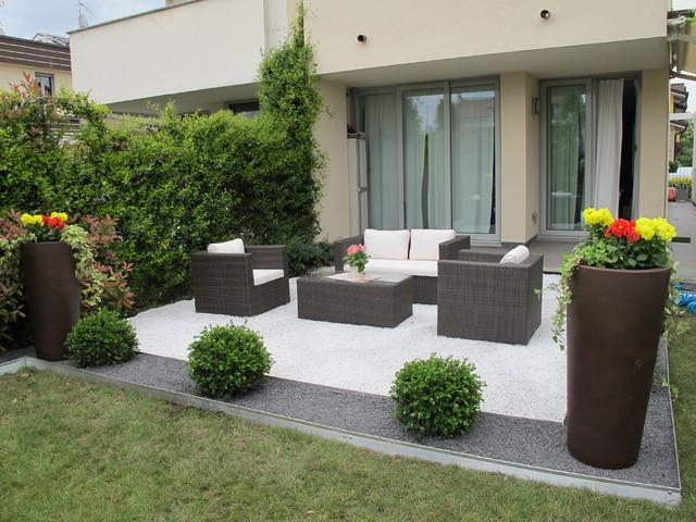 Giardino moderno l 39 area relax in ghiaia bianca e nera for Foto giardini moderni
