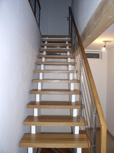 aufgesattelte treppe in eiche ge lt und wei mit seilgel nder modern treppen m nchen von. Black Bedroom Furniture Sets. Home Design Ideas