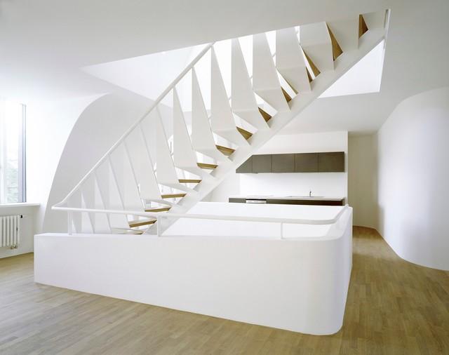 Gerade, Große Moderne Holztreppe mit offenen Setzstufen in München